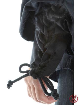 Schnuerhemd mit weitem Kragen in schwarz Aermelbund Detailansicht